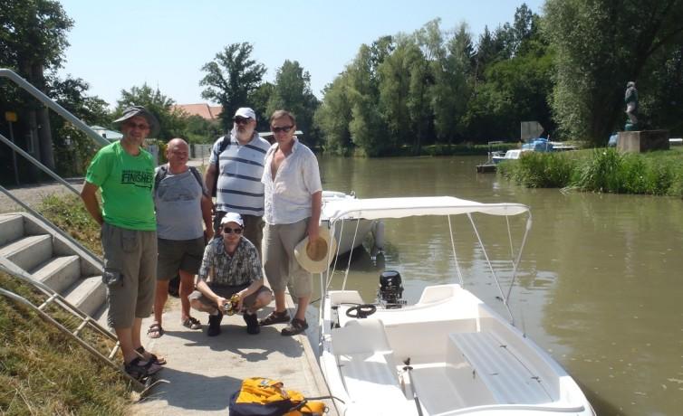 S priateľmi pri plavbe po Baťovom kanáli na rieke Morave, júl 2013