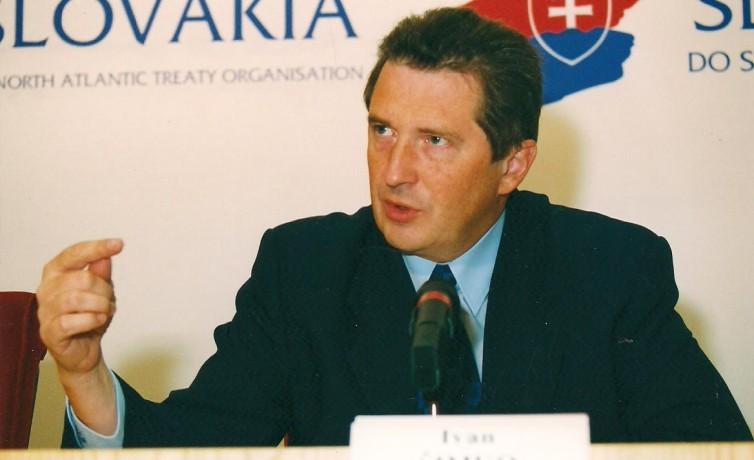 Vo funkcií ministra obrany na  tlačovej besede k pozvaniu Slovenska do NATO, október 2002